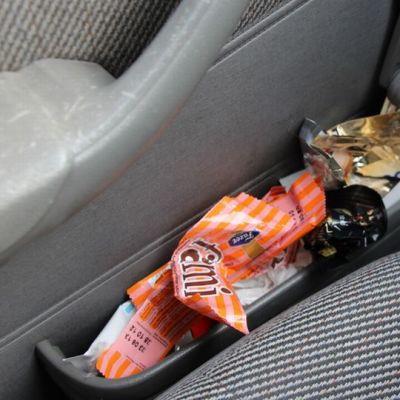 Monet käyttävät auton lokeroita roskakorina.