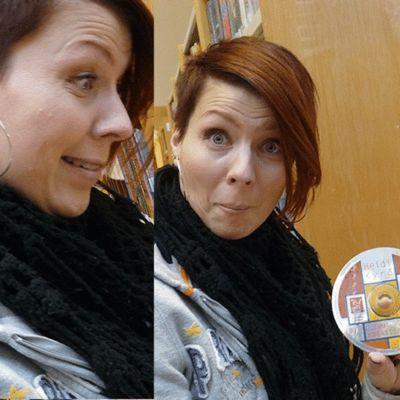 Heidi Kyrö tarkastelee omia levyjään kirjastossa