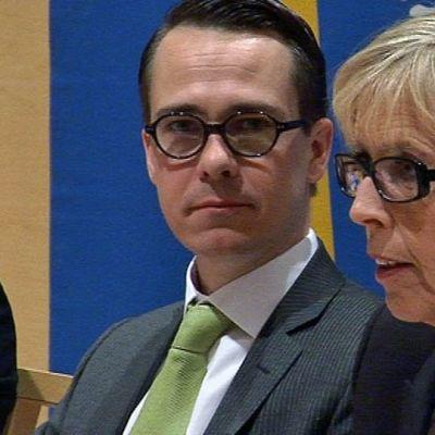 Suomen puolustusministeri Carl Haglund (vas.) ja hänen norjalainen kollegansa Anne-Grete Strøm-Erichsen Rovaniemellä.