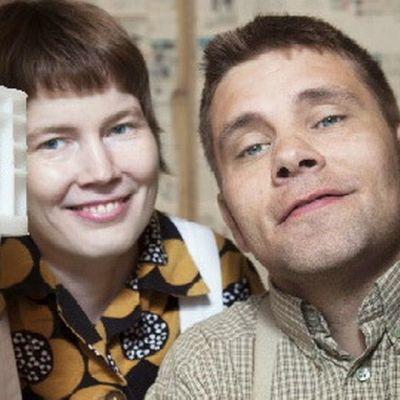 Paluumuuttajat -sarjan avausjaksossa tutustutaan sekatavarakauppias Hermanni Niemiseen ja hänen avovaimoonsa Sannen.