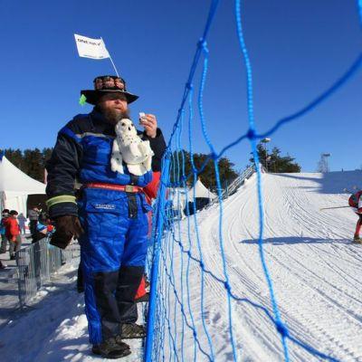 Mies seuraa hiihtoa.