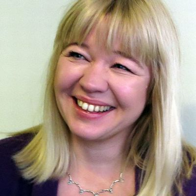 Puheterapeutti Mari Konttajärvi hymyilee Jari Vesan ilveilylle