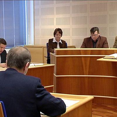 Lautamiehiä Etelä-Karjalan käräjäoikeudessa.