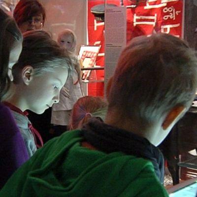 Lapset katselevat museossa