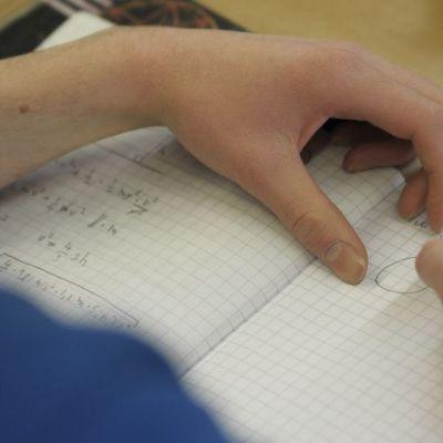 Oppilas tekee muistiinpanoja.