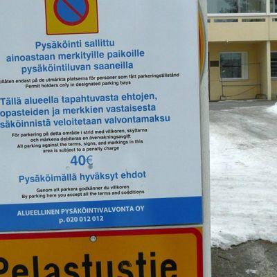 Yksityisestä pysäköinninvalvonnasta ilmoitetaan kyltein Rovaniemellä.