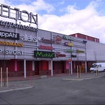 Arkkitehtitoimisto Lahdelma&Mahlamäki Helsingistä on kauppakeskuksen värikkään ilmeen takana.