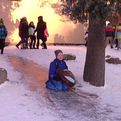 Lapsia Turun Moision koulun pihalla.