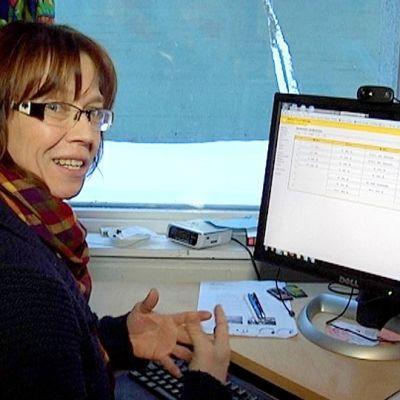 Anne Suomalainen lukee lastensa kouluviestit Wilmasta.