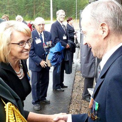 Sisäministeri Päivi Räsänen kätteli veteraanit Immolassa Imatralla järjestetyssä erikoisrajajääkärikompanjan valatilaisuudessa.