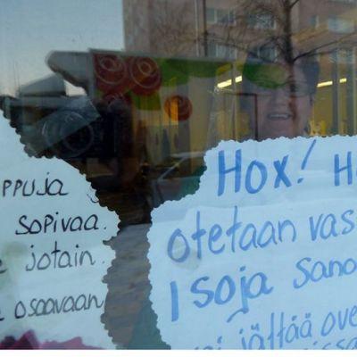 Kukkakauppias Eija Saariniemi haluaa isoja sanomalehtiä.