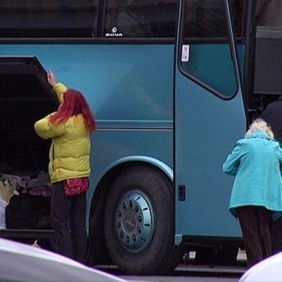 Venäläisiä ostosmatkailijoita lähdössä bussilla