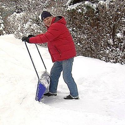 Esko-Juhani Tennilä lumitöissä.