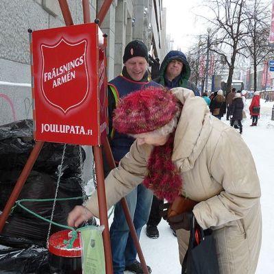 Vapaaehtoinen patavahti Ari Akkila kiittää lahjoituksesta Oululaisen kulmalla