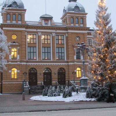 Oulun kaupungintalon valtuustosali odottaa neuvokkaita päättäjiä.