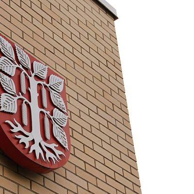 Kuvassa Juuan kunnan vaakuna kunnanviraston seinässä.