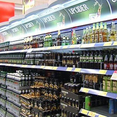 Alkoholijuomia kaupan hyllyssä.