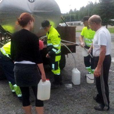 Ihmisiä hakemassa vettä yleisestä vedenjakelupisteestä