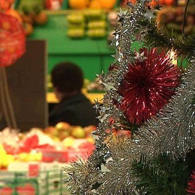 Joulukoristeita kaupassa