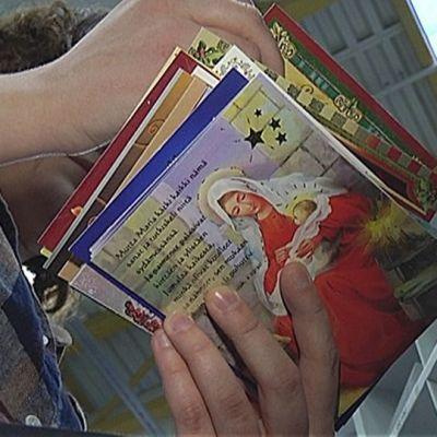 Joulukorttien lajittelua postikeskuksessa
