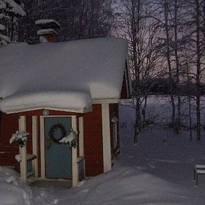 Vanha sauna talviasussaan Parikkalan Saarella.