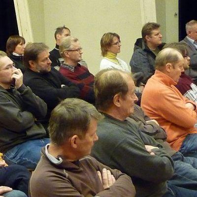 Yleisöä Keminmaan valokuituillan yleisötilaisuudessa
