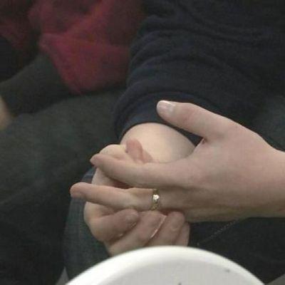 Nuoren pojan kädet.