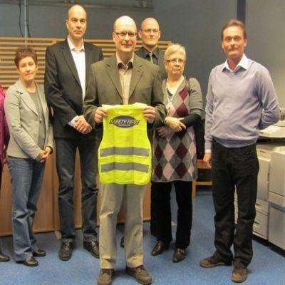 Torniolainen nosturifirma Havator lahjoitti turvaliivejä alakoululaisille.