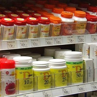D-vitamiinivalmisteita apteekin hyllyssä.