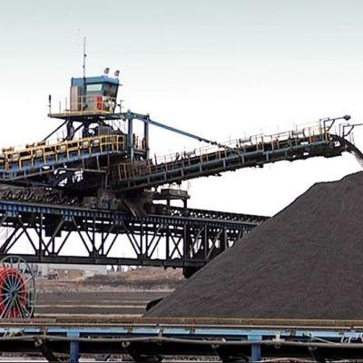Kaivoksen koneen liukuhihna kuljettaa mursketta