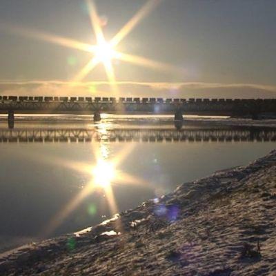 Tavarajuna Ounaskosken sillalla