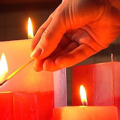 Kynttilöitä sytytetään