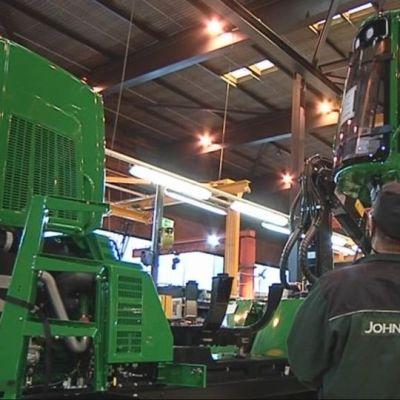 John Deeren Joensuun tehtaalla asennetaan metsäkoneen hyvttiä