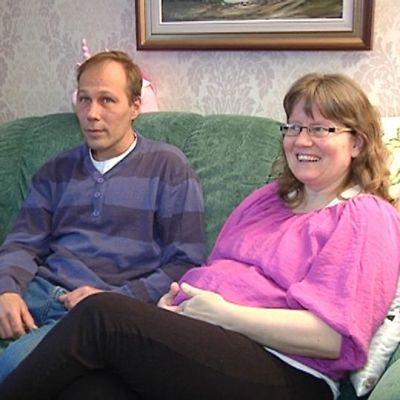 Kuvassa Liimataiset istuvat vihreällä sohvalla.