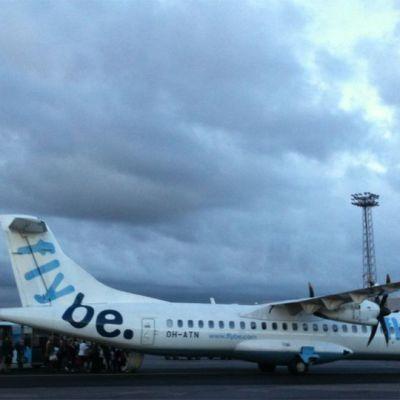 Flyben ATR-porkuriturbiinikone Helsinki-Vantaan lentoasemalla.