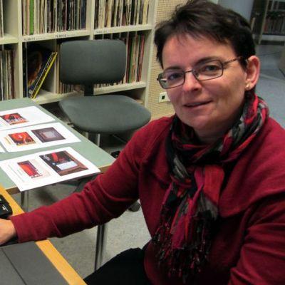 Kirjastotoimenjohtaja Susann Forsberg uuden digitointipisteen ääressä.