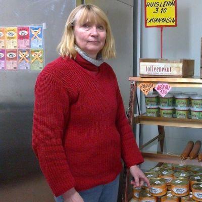 Yrittäjä Annen Niinimäki tilateurastamon myymälässä.