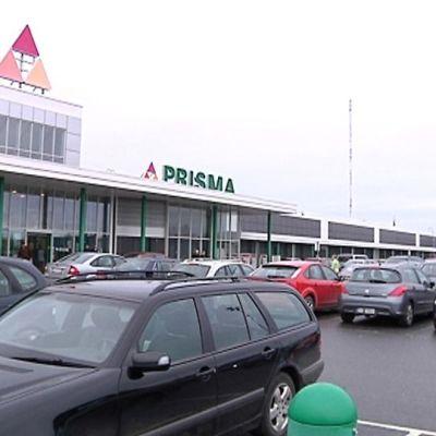 Kuvassa Kokkolan Prisman täynnä autoja oleva pysäköintialue