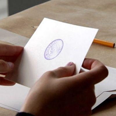 Vaalilipuke ääntenlaskija kädessä.