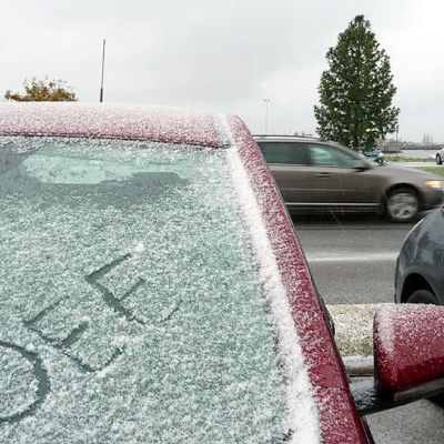 Lunta ja kirjoitus auton tuulilasissa