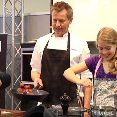 Junior Master Chef -kokkikilpailun osallistuja Ida O'Mahoney laittaa ruokaa Aki Wahlmanin kanssa.