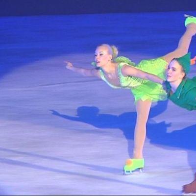 Luistelijat jäällä Peter Panin ja Helinä- keijun hahmoissa.
