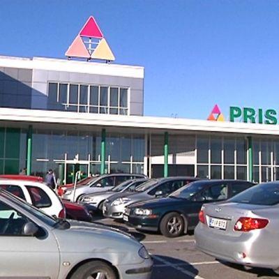 Kuvassa Kokkolan Prisman parkkialue ja pysäköityjä autoja.