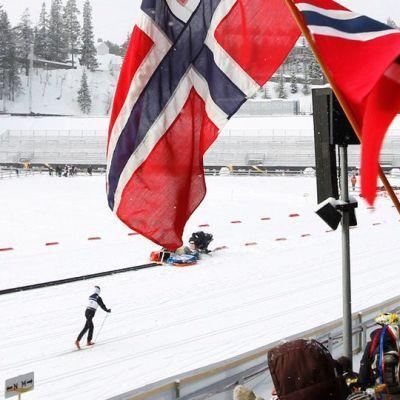 Norjalaista hiihtoyleisö Holmenkollenilla Oslossa.