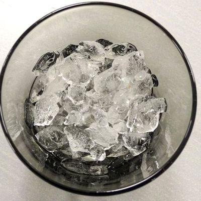 Jääpaloja lasissa.