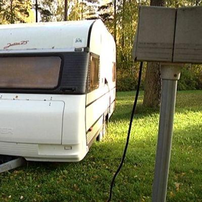 Matkailuvaunu parkissa Huhtiniemen leirintäalueella.