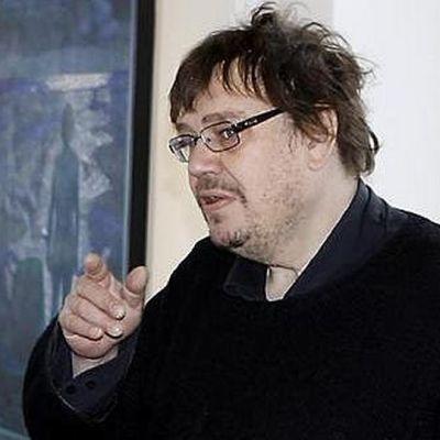 Taidegraafikko Kuutti Lavonen opettaa Kolin kuvataideleirillä.
