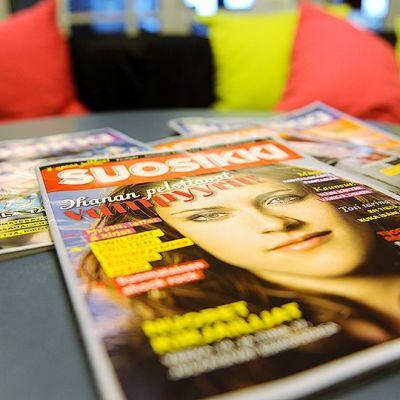 Suosikki-lehtiä pöydällä.