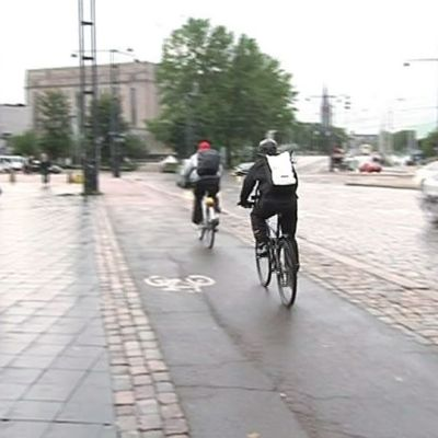 Pyöräilijöitä pyörätiellä.