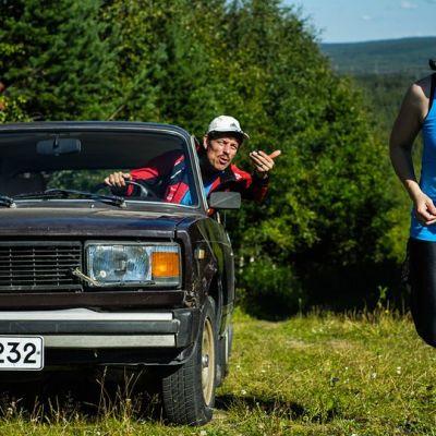 Maaninkavaarassa näyttelevät isänä Marko Syysmaa ja tyttärenä Paula Miettinen